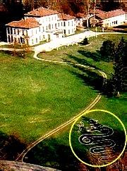 Simbolul sarpelui in curtea casei lui Berlusconi