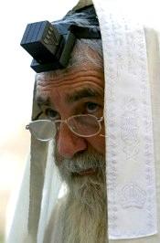 Preot iudaic purtand pe frunte...cubul negru