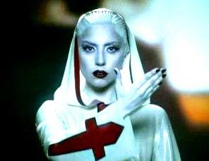 Crucea intoarsa de pe hainele de calugarita a lui Lady Gaga