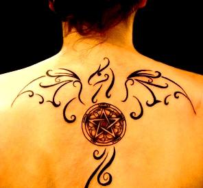 femeie pentagrama tatuaj