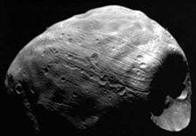 Phobos, cu craterul Stickney (la dreapta imaginii)