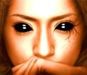 Moartea poate veni de la o femeie cu ochi negri, fără emoţii şi fără viaţă