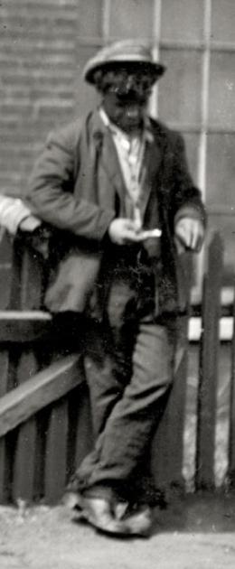 Un băiat de acum un secol, prins într-o fotografie din 1911 când naviga pe un iPhone!??
