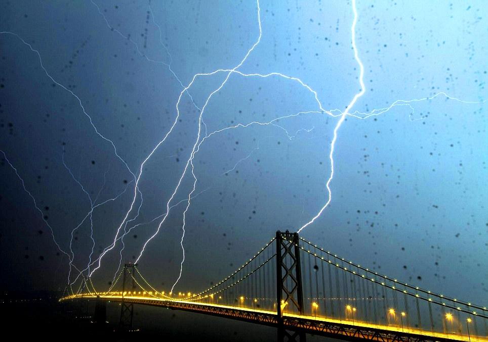 O poză mai mult decât incredibilă: 8 fulgere lovesc concomitent un pod din San Francisco