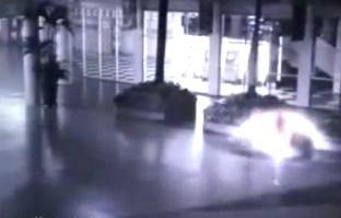 Un videoclip şocant din faţa unui magazin din Indonezia ne arată apariţia unui înger extrem de luminos