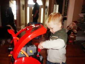 Într-o fotografie de Crăciun a unui băieţel, în spatele său apare o fantomă relaxată, cu mâinile în buzunar