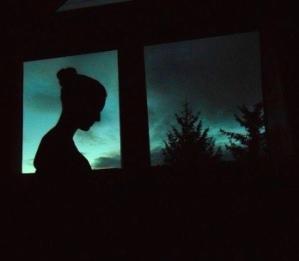 La 5 dimineaţa, o fată misterioasă se afla căţărată într-un copac de 20 de metri înălţime, în mijlocul pădurii. Fantomă, zână sau înger păzitor?