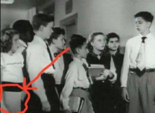 """O nouă călătoare în timp: o fată din anii '50 pare să ţină în mână un laptop """"Apple"""", deşi acesta a fost inventat 40 de ani mai târziu"""