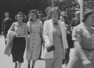 O altă călătoare în timp? Se pare că o tânără din 1938 vorbeşte la telefon mobil atunci când iese din fabrică...