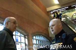 Într-o campanie despre pericolul folosirii scanerelor de corp în aeroporturi, un poliţist apără drepturile a doi activişti, devenind vedetă pe Internet