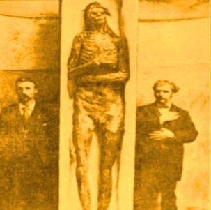 Acum 100 de ani, s-au descoperit nişte giganţi de 3 metri, cu 6 degete şi cu două rânduri de dinţi