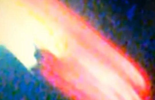 Un şofer de pe un camion din Texas a filmat şi fotografiat un extraterestru cu coarne, dar şi o gigantică navă-mamă spaţială…