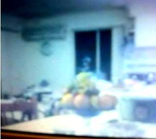 Iată o fotografie - făcută cu iPhone-ul - a unui extraterestru ce priveşte pe fereastră, în camera unei bătrâne