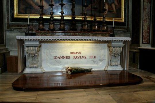 Fantoma de la mormântul papei: De ce foloseşte Vaticanul simboluri oculte? Vrea să-l reînvie ca entitate demonică pe papa Ioan Paul al II-lea?
