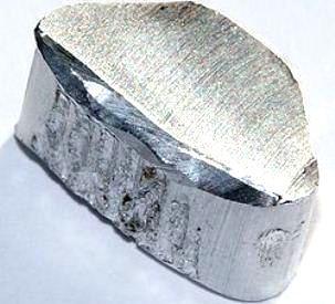 Încă o enigmă mă frământă: de unde ştia un artizan de pe timpul lui Iisus să producă aluminiu, când procedeul de fabricaţie a fost descoperit abia în secolul al XIX-lea!?