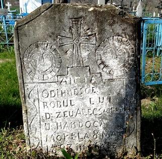 Priviţi ce simboluri păgâne şi ciudate am găsit pe nişte pietre de mormânt dintr-un sat uitat de lume din România!