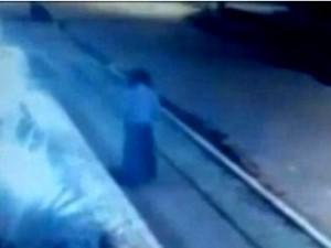 O femeie care se plimba pe o stradă din capitala Columbiei pur şi simplu a dispărut de pe camerele video care o filmau! Unde s-a dus? În altă dimensiune?