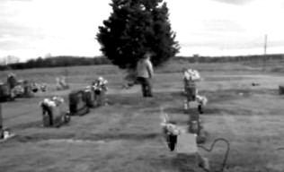 O fantomă dintr-un cimitir răspunde rugăminţii unui bărbat de a se arăta pe camera de luat vederi şi se înfăţişează sub o formă neaşteptată!