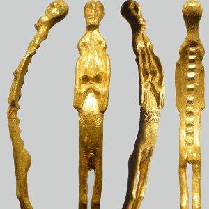"""O descoperire rară într-o insulă din Danemarca: o figurină de aur ciudată, cu 10 """"dinţi"""" pe spate. Ce naiba o semnifica!?"""