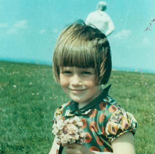 Cea mai misterioasă fotografie din lume: astronautul-fantomă din spatele unei fetiţe. Dovada călătoriei în timp!?
