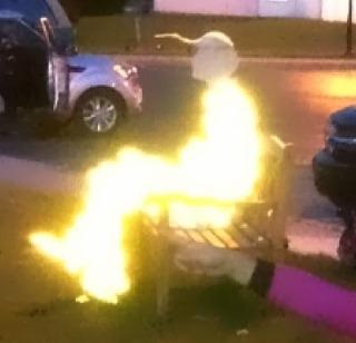 O entitate luminoasă şi misterioasă, parcă aflată pe un scaun electric, apare într-o fotografie făcută cu telefonul... Ce naiba o fi!?