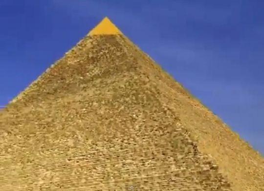 Invelisul din aur din varful piramidei