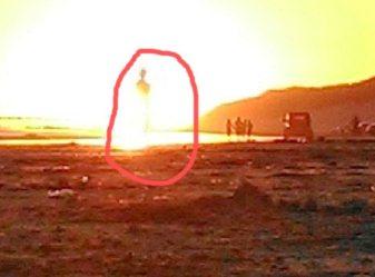 fiinta luminoasa pe plaja 1