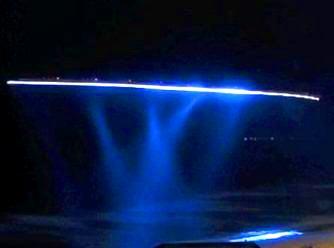 Lumini bizare şi strălucitoare, obiecte necunoscute şi portaluri misterioase au fost observate noaptea deasupra unei plaje din Australia! De o cameră video HD!