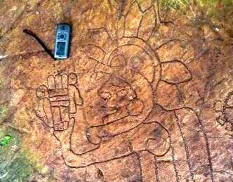 Arheologii mexicani au descoperit o petroglifă misterioasă! În ea se vede un preot care pare că ţine în mână... un celular!? Sau cine ştie ce-o fi...
