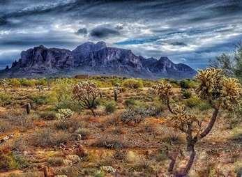 """""""Munţii Superstiţiei"""" din Arizona, locul unde se află misterioasa """"mina de aur pierdută a olandezului""""... Indienii apaşi cred că sub aceşti munţi se găseşte iadul!"""
