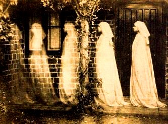 Incredibilele fotografii ale spiritului uman după moarte! Să fie doar păcăleală sau spiritele se pot lăsa fotografiate?