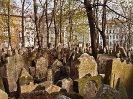 """Vechiul cimitir evreiesc din Praga, cel mai """"întunecat"""" şi mai misterios loc din Europa! Aici se află mormântul rabinului care a creat Golemul!"""