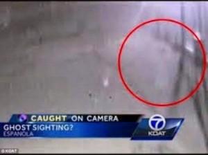 Un spectru ciudat bagă în sperieţi poliţiştii americani! Vedeţi videoclipul ciudat din acest articol!