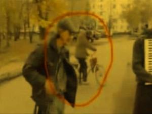 """Un """"călător în timp"""" a fost surprins în Rusia într-o filmare! Se plimba liniştit pe bicicletă, dar parcă a apărut din altă dimensiune!"""