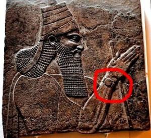 Într-un basorelief cu o vechime de 2.700 de ani, un rege asirian pare că poartă la mână un ceas! Dar ceasurile de mână au apărut la începuturile epocii moderne...