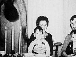 N-am mai văzut vreodată în viaţa mea o poză mai misterioasă şi mai înfiorătoare: fotografia familiei Cooper! Ce naiba atârnă de tavan!?