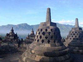 Un templu misterios din Indonezia, Borobudur.  Aici se află o statuie care, dacă te uiţi la ea, poţi muri... Aşa e legenda!
