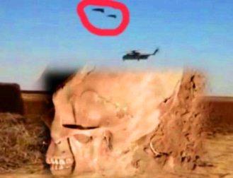 """În Afghanistan, soldaţii americani filmează în secret scheletul descoperit al unui extraterestru, dar şi două """"OZN-uri"""" ciudate care însoţesc un elicopter militar! O fi chiar o farsă!?"""