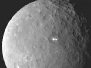 Misterul de pe planeta pitică Ceres se adânceşte! Pata luminoasă de acum o lună s-a transformat în două lumini ciudate! Ce-ar putea fi? Gheaţă, vulcani sau semnalizatoare extraterestre?