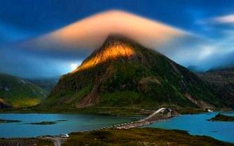 Un munte din Norvegia este cuprins în mod miraculos de un nor sub formă de piramidă! Ce mister se ascunde în această poză?