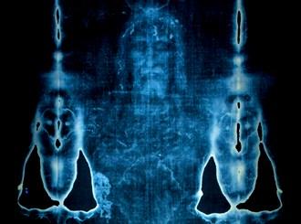 """Un om de ştiinţă canadian demonstrează că Iisus Hristos, care a fost înfăşurat în Giulgiul de la Torino, s-a transformat după răstignire şi înviere într-o """"fiinţă de lumină""""!"""