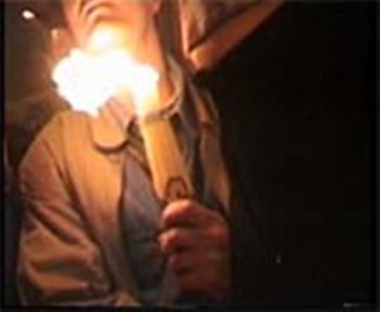 Isi arde fata cu Focul Sfant? Nu!
