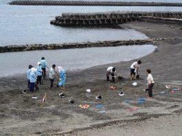 Vreţi să aveţi parte de cea mai ciudată experienţă pe care aţi trăit-o vreodată? Staţi într-o groapă vulcanică plină cu nisip şi ape fierbinţi! Zeci de mii de turişti fac asta în Japonia...