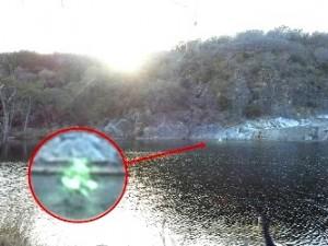 O ciudată formă verde a fost surprinsă de aparatul foto pe un lac din Texas, plimbându-se deasupra apelor! Ce naiba e... !?