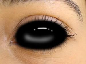 Misterul oamenilor cu ochi întunecaţi: cine sunt ei şi de ce sunt atât de diferiţi faţă de noi? De ce provoacă ei atâta teamă?