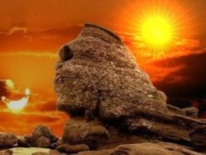Povestea fantastică a unui cititor: el i-a văzut pe adevăraţii constructori ai Sfinxului din Bucegi, nişte giganţi care se rugau acestei stânci colosale!
