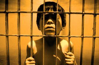 copil in inchisoare