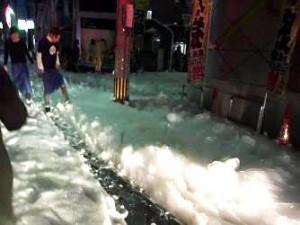 O spumă misterioasă s-a aşternut într-un oraş din Japonia, imediat după un cutremur devastator! Ce naiba o fi!?