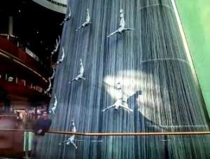 În interiorul unui mall din Dubai apar reprezentate mai multe fiinţe, cu capetele în jos, ce coboară din cer! Un nou simbolism ocult marca Illuminati...