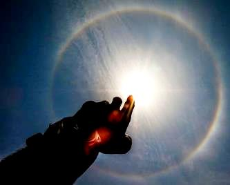 Un halou bizar a fost observat în jurul Soarelui, ziua în amiaza mare, în India! E ca un cerc colorat, asemenea curcubeului, care înconjoară Soarele!